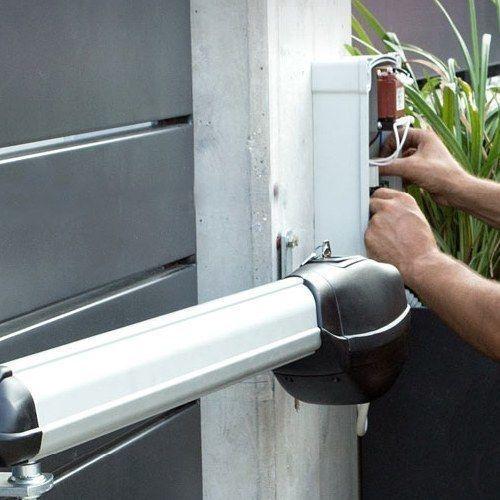 Installatie van poortopeners en hekopeners. Porttech is ook installateur van automatische poorten en elektrische hekken.